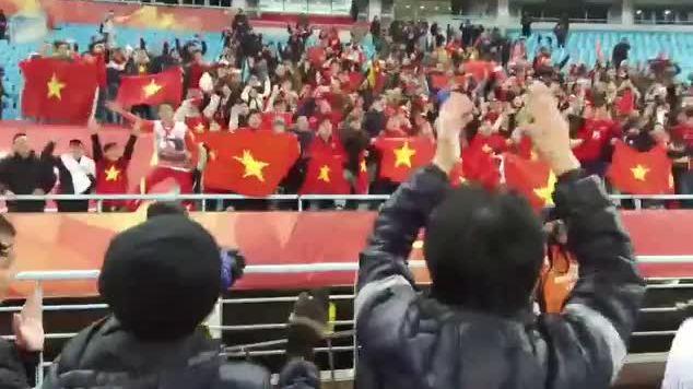Thầy trò Park Hang Seo ăn mừng cùng CĐV Việt trên sân