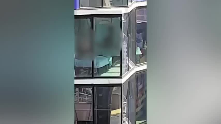 Cặp đôi 'mây mưa' trong nhà bị nhóm công nhân ở toà đối diện xem trộm