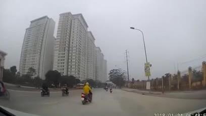 'Nữ Ninja' bất ngờ dừng xe giữa đường khiến ô tô phanh gấp