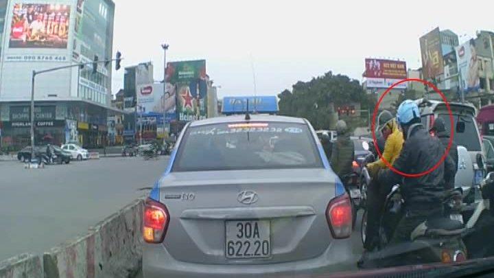 Hai người đàn ông dàn cảnh đụng xe cướp túi xách ở Hà Nội