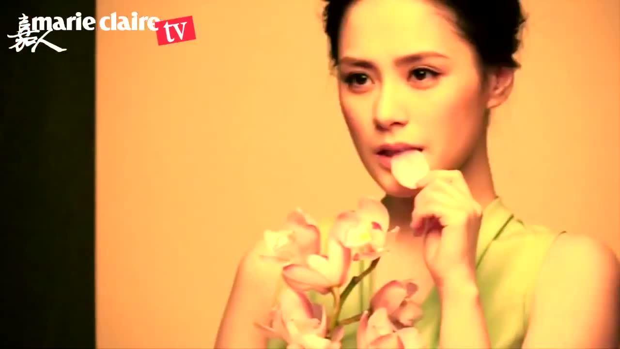 Chung Hân Đồng khoe sắc khi chụp hình tạp chí