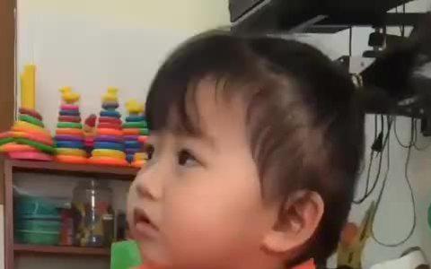 Bé gái 3 tuổi thề không khóc nhè khi đi học