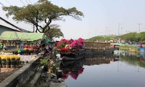 Thuyền hoa xuân tấp nập trên dòng kênh Sài Gòn