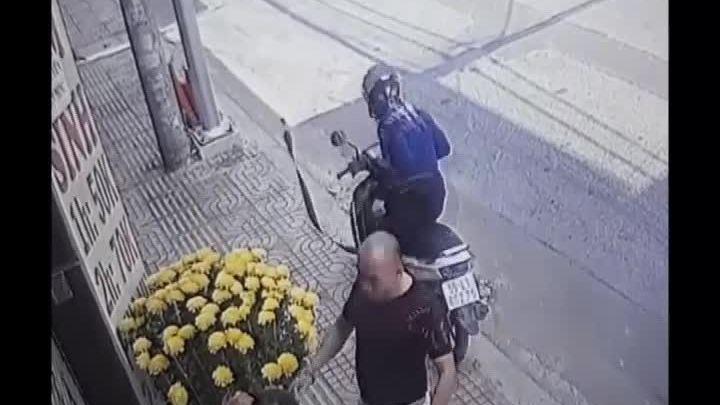 Người đàn ông bị giật túi xách ngay trước cửa nhà