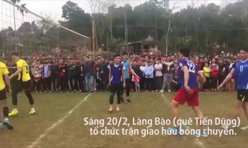 Thủ môn Bùi Tiến Dũng đối đầu với Quách Công Lịch trên sân bóng chuyền
