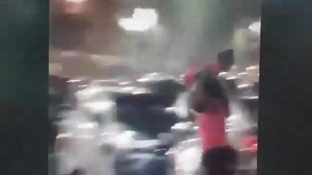 Bà mẹ bị 'ném đá' vì lấy con gái làm ô dưới trời mưa