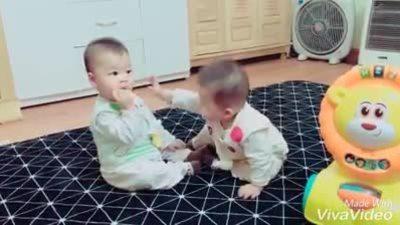 Cặp sinh đôi giành nhau ăn bánh