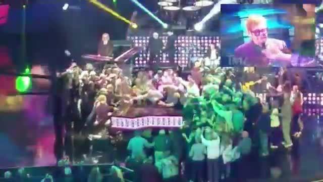 Bị khán giả sờ vào người, Elton John tức giận rời sân khấu