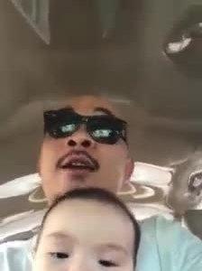 Ông bố 'bá đạo' dạy con trai 5 tháng tuổi bằng nhạc chế