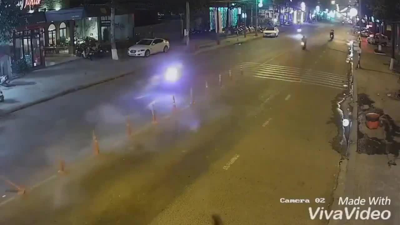 Thanh niên đi xe máy 'phóng như bay' tông gẫy trụ phân cách