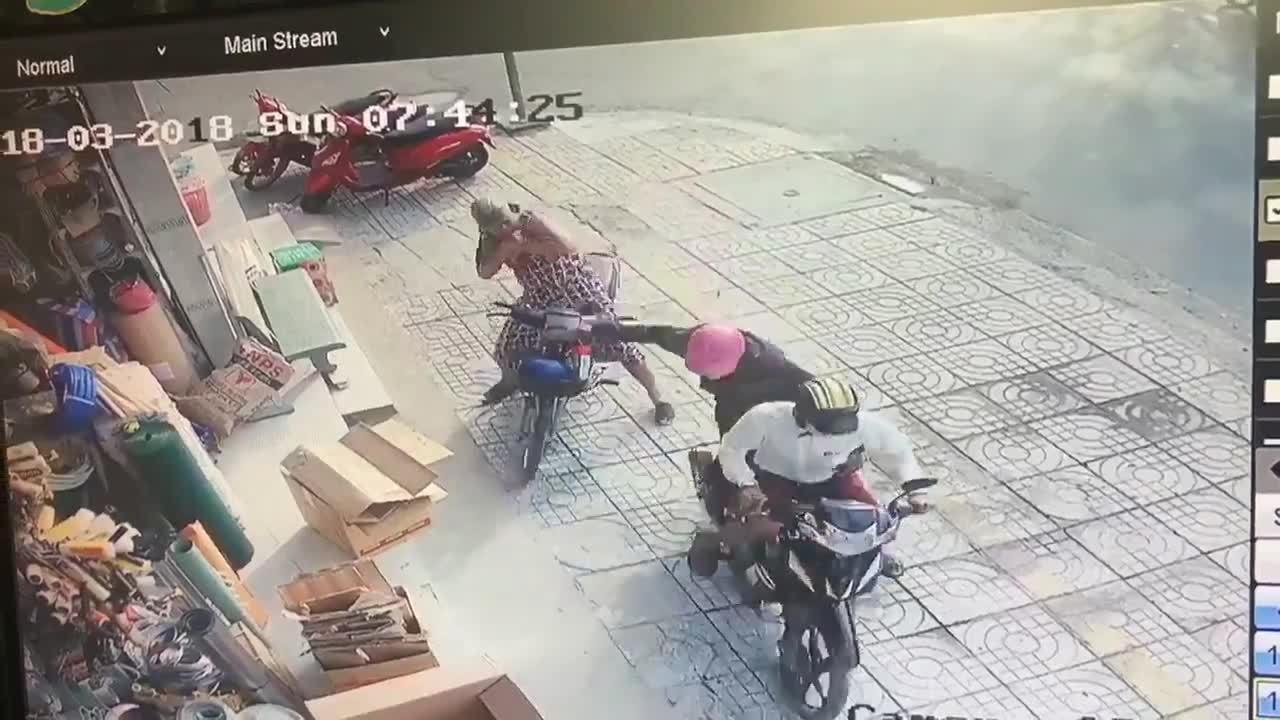 Người phụ nữ ngã nhào vì bị cướp giật dây chuyền liên tiếp hai lần