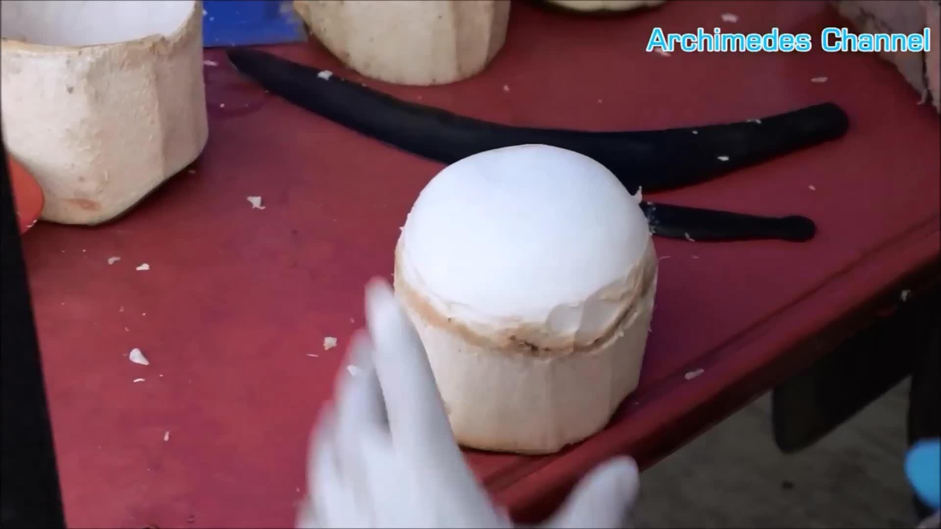 Kỹ nghệ gọt dừa tròn vo của người bán rong Thái Lan