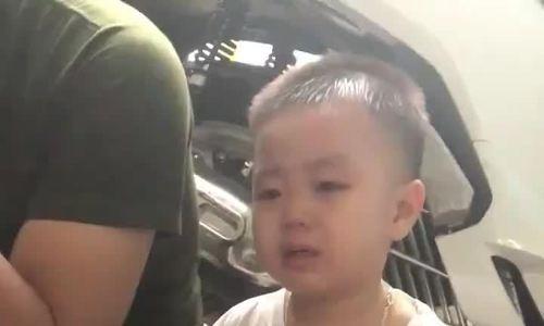 Bé trai vừa khóc vừa tự cổ vũ bản thân không sợ tiêm
