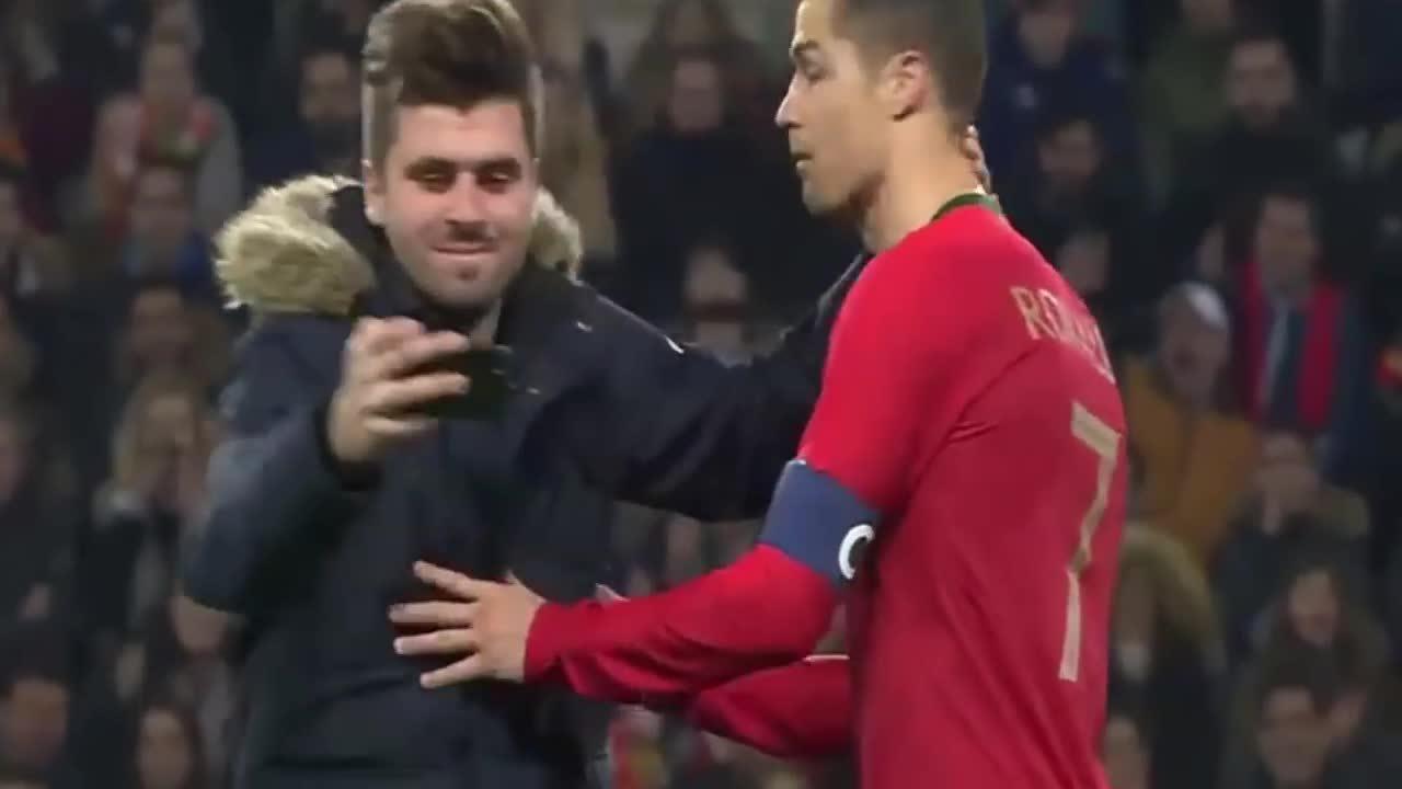 C. Ronaldo mặt lạnh tanh khi các fan chạy vào sân ôm hôn, chụp ảnh