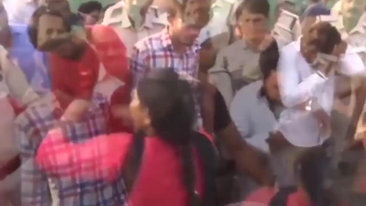 Bắt cóc, cưỡng hiếp thiếu nữ, bốn thanh niên bị cảnh sát bắt diễu phỗ