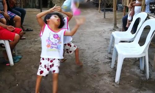 Lời khẩn cầu của cặp vợ chồng Philippines có hai con gái bị dính liền đầu