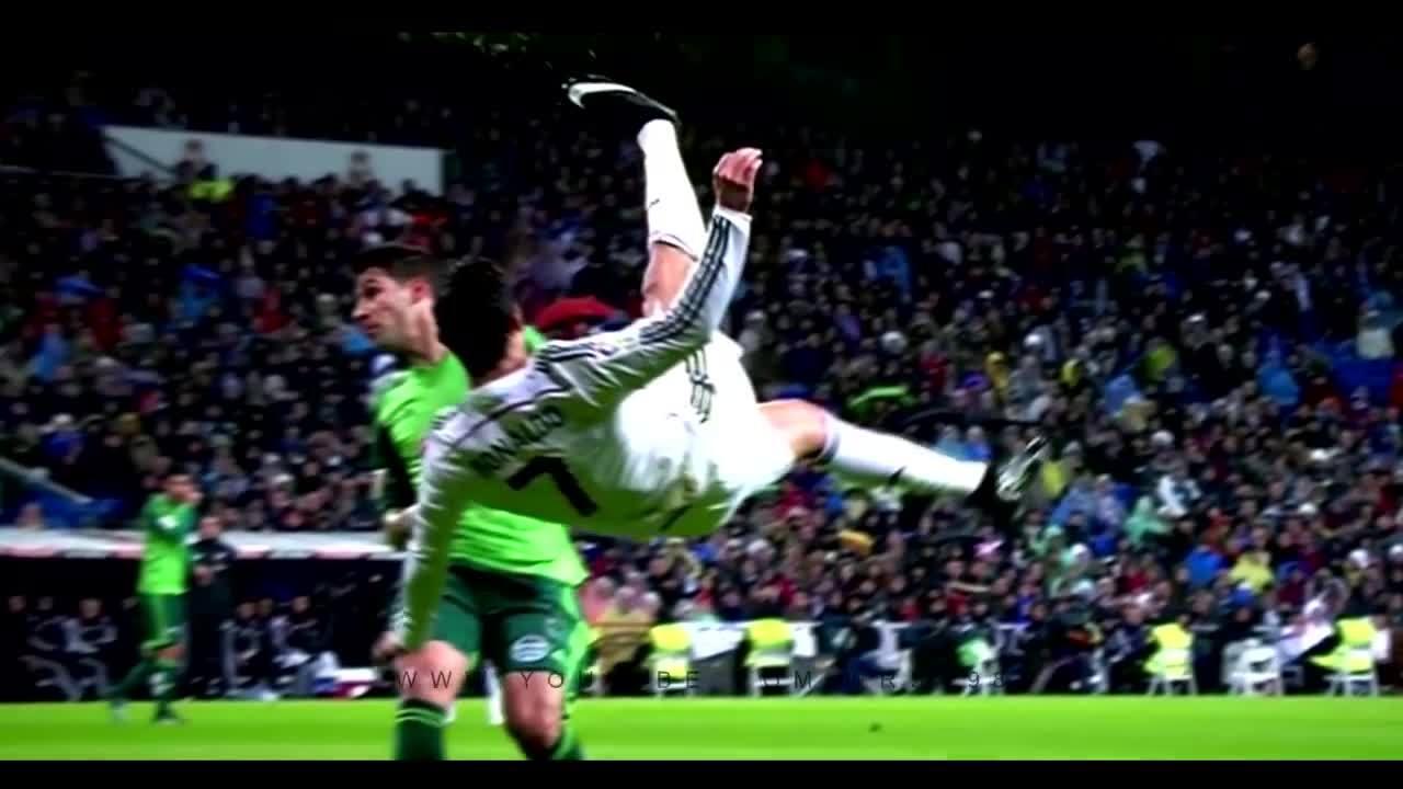 C. Ronaldo nhiều lần tập ngả người móc bóng