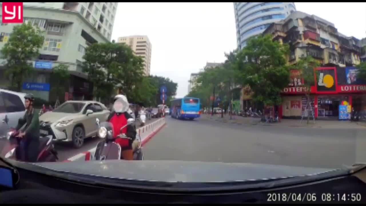 Tài xế cương quyết ép lùi phụ nữ đi xe máy ngược chiều