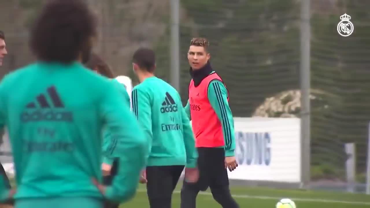 C. Ronaldo tái hiện siêu phẩm 'xe đạp chổng ngược' trong buổi tập