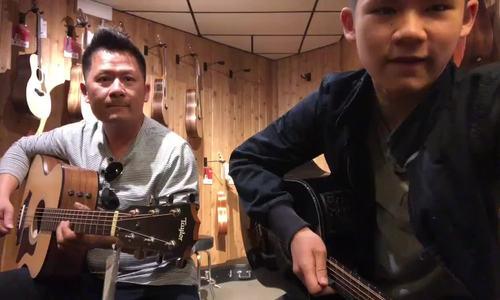 Bằng Kiều chơi đàn guitar cùng con trai lớn