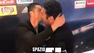 C. Ronaldo xen ngang phỏng vấn, ôm hôn an ủi Buffon