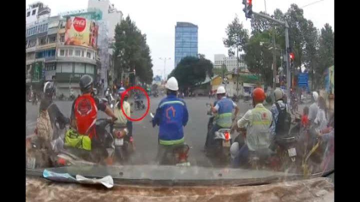 Cướp kéo lê cô gái hàng chục mét giữa Sài Gòn