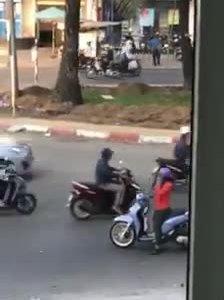 'Nữ ninja' dừng xe nghe điện thoại khi đang sang đường