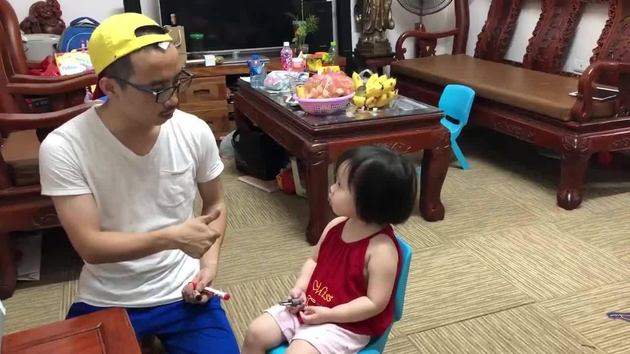Bố tích cực ôn luyện cho con gái 2,5 tuổi thi vào lớp 1