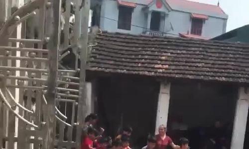 Hàng chục đứa trẻ tranh nhau cướp lộc trong hội hè ở Hà Nội