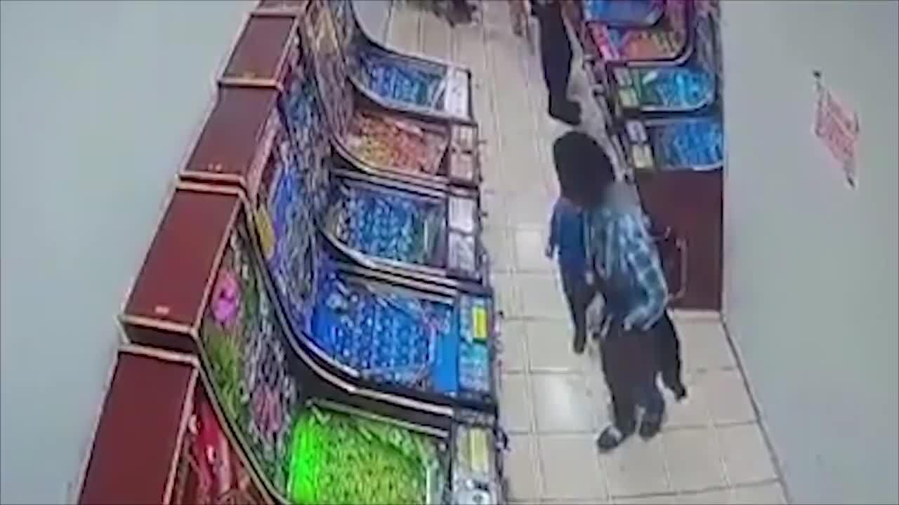 Bé trai suýt bị hai phụ nữ lạ mặt bắt cóc khi đứng cách mẹ vài mét