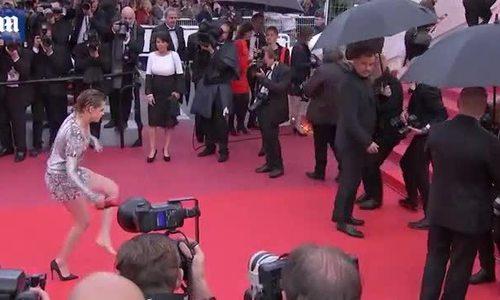 Kristen Stewart cởi giày đi chân đất trên thảm đỏ Cannes