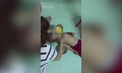 Bảo mẫu đánh vào mặt khi cho trẻ ăn