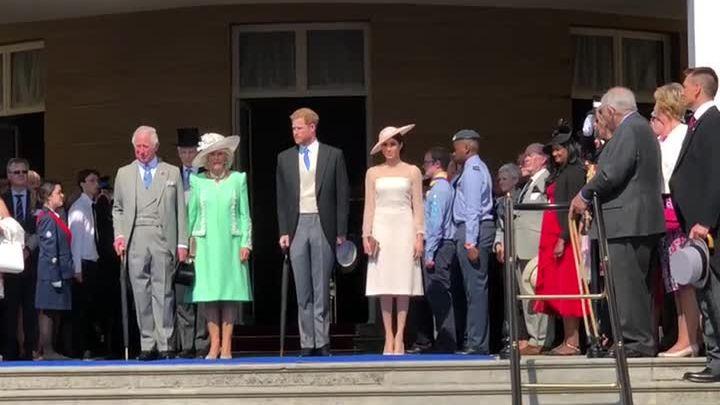 Vợ chồng Hoàng tử Harry sánh đôi trong tiệc sinh nhật Thái tử Charles