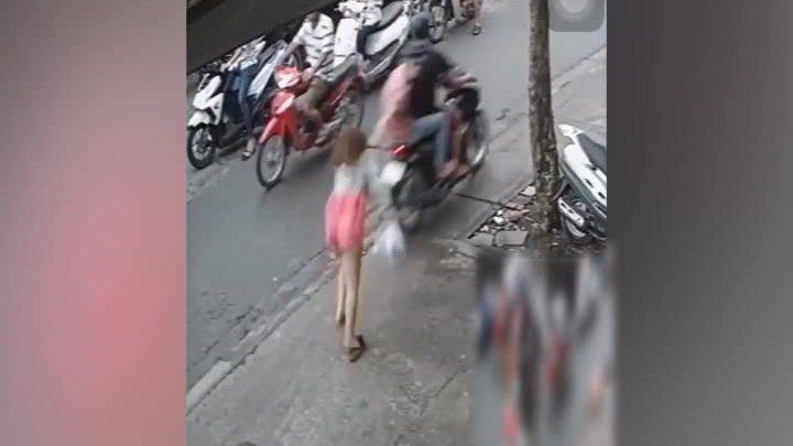 Cô gái ngã sấp mặt vì bị cướp giật dây chuyền vàng
