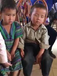 Cậu bé vùng cao ngủ gật trong buổi nhận quà từ thiện