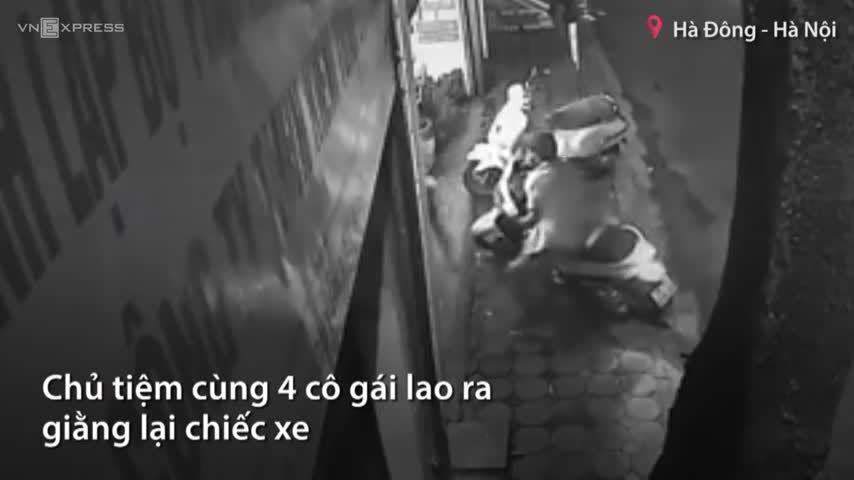 Tên cướp xe SH ở Hà Nội bỏ cuộc khi bị 5 cô gái chống trả