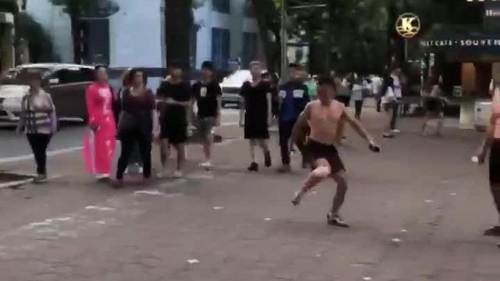 Smalling chơi đá cầu tại phố đi bộ Hà Nội