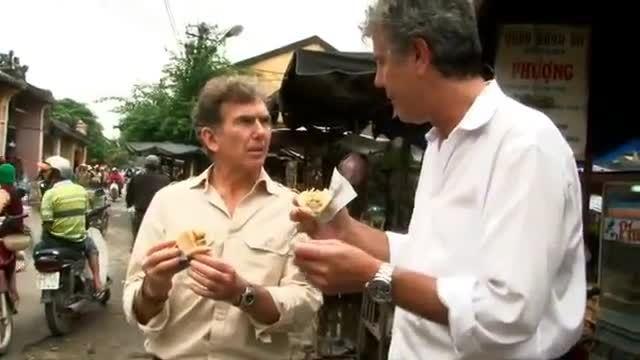 Anthony Bourdain ăn bánh mì Hội An