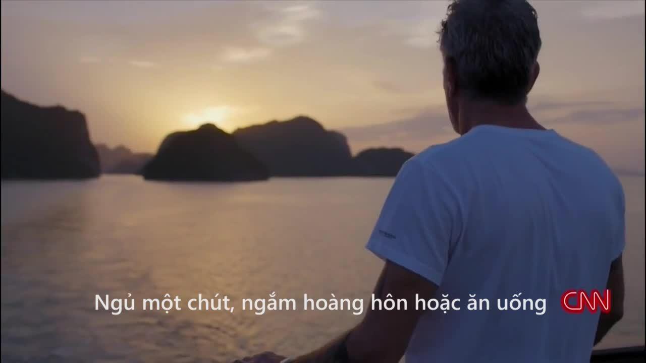 Anthony Bourdain ăn mực nướng ở Hạ Long