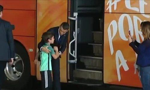 C. Ronaldo nhảy khỏi xe để an ủi fan nhí đang mếu máo khóc