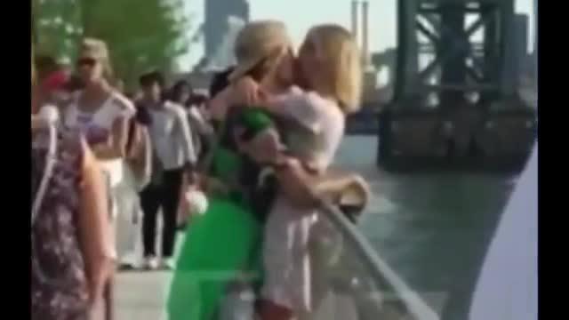 Justin Bieber ôm hôn bạn gái trong công viên trước bao người qua lại