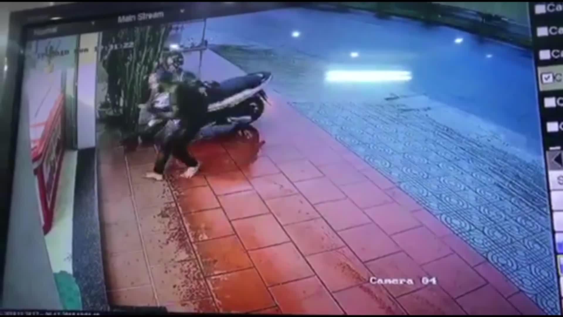 Nam thanh niên đập tủ kính cướp 20 chuyền vàng trong 3 giây