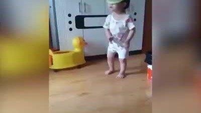 Bé gái úp rổ lên đầu 'quẩy' theo điệu nhạc