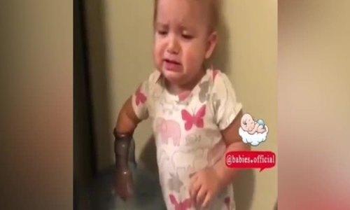 Bé gái 'diễn sâu' vờ bị kẹt tay để được giải cứu