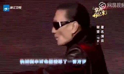 Ông Tạ Hiền biểu diễn trên sân khấu cùng con trai