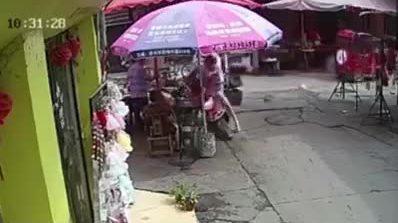 Bé vặn tay ga, hai mẹ con lao xe máy vào chậu dầu nghi ngút khói