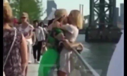 Justin hôn bạn gái trên cầu