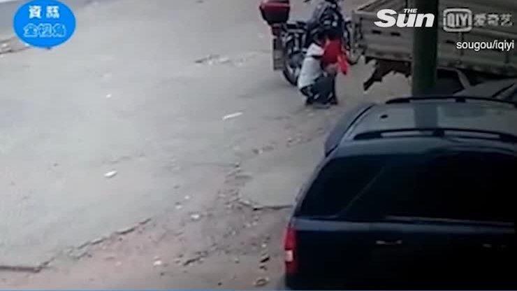 Bé gái 3 tuổi bị bắt cóc lên xe máy ngay trước mặt bố [10/07 - 11:16]