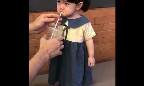 Video bé gái hết mếu khi được bố cho uống trà sữa hút 3 triệu lượt xem