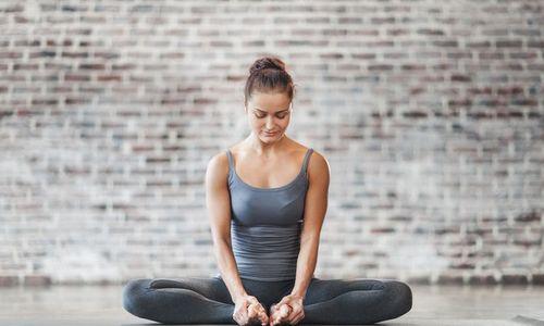 3 phút tập yoga buổi sáng giúp giảm đau cổ vai gáy